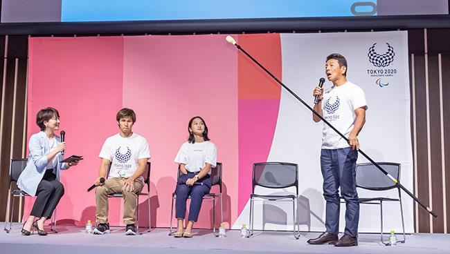 東京2020パラリンピック観戦チケット 受け付け開始イベント タッピング棒を持つ上田さん