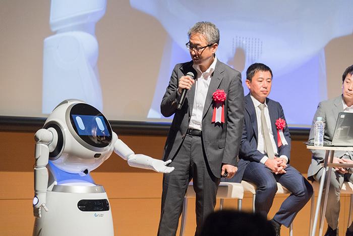 コマース領域におけるロボットの活用について、舞台上でロボットが登場してのデモも行われた。