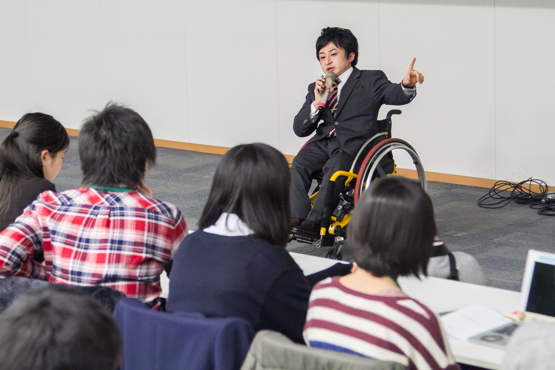 高校生のための起業家講座で講演する垣内社長(2013年12月)