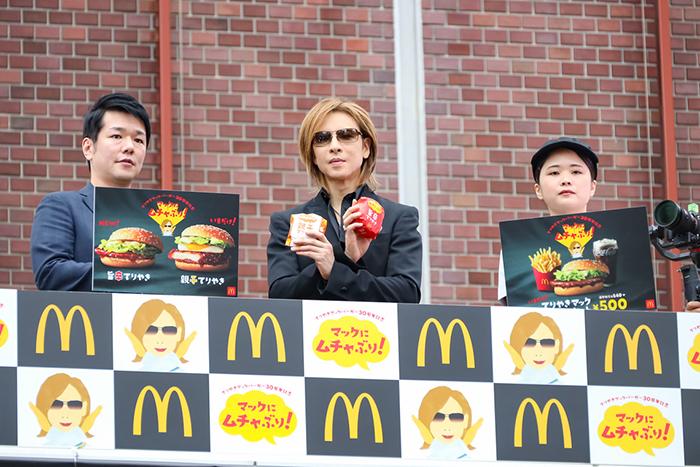 マーケティング本部の坂下真実部長(左)と、X JAPANのYOSHIKIさん(中央)