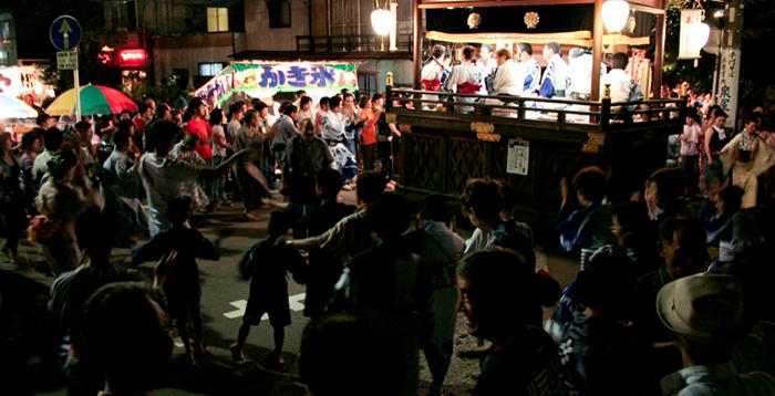 """日本三大民踊の一つ""""郡上おどり""""のために、市外、さらには県外からも多くの人が訪れる。"""