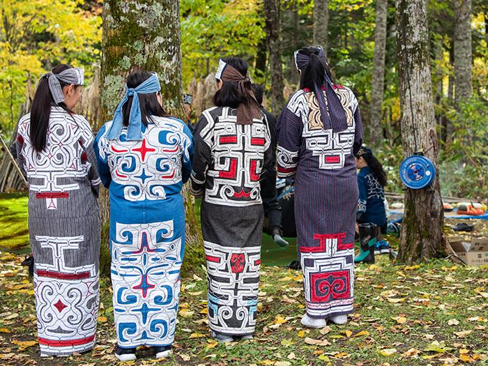 伝統的なアイヌ文様があしらわれた着物