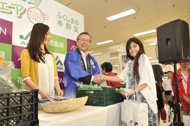 来場者に春野菜を手渡す佐藤知事