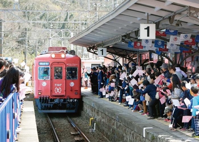 屋外・交通広告部門  南海電気鉄道「世界初!?で超めでたい!電車の夫婦にこどもが誕生」
