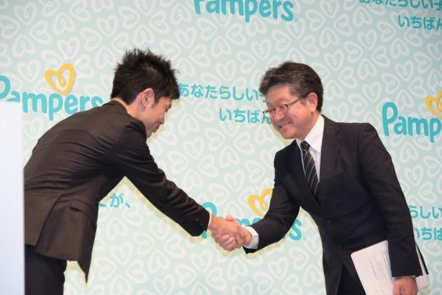 瀬戸氏と阿部氏が握手