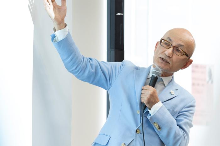 2019年8月5日に電通第3CRプランニング局にて講演を行う白土氏の様子。