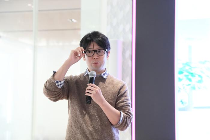 2020年1月30日、電通本社ビル内で開催された井上氏による講演の様子。かけているのは、「集中」の状態をデータとして集められる、JINS開発のメガネ。まばたきの回数を測ることで、さまざまなことが読み解けるのだという。