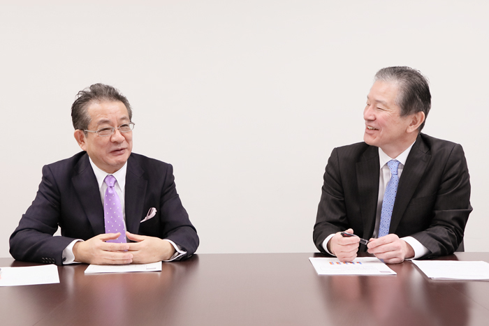 日本アドバタイザーズ協会常務理事 小出誠氏(左)と電通メディアイノベーションラボ 奥律哉氏