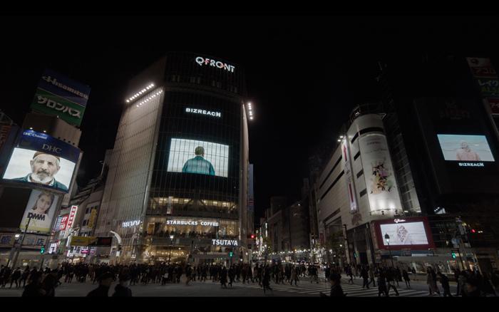 渋谷スクランブル交差点で放映した映像作品:ソフィ・カル「Voir la mer(海を見る)」