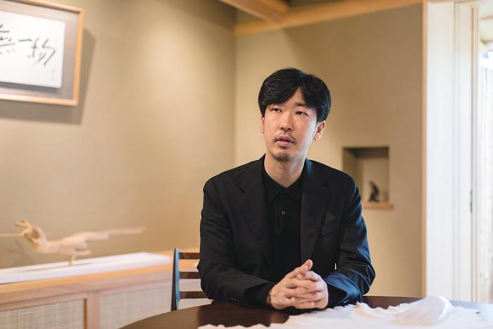 古美術 鐘ヶ江 ディレクター 鐘ヶ江英夫氏。京都造形芸術大 環境デザイン科を卒業後、実家の美術商「古美術鐘ヶ江」を継ぐ。日本の美術工芸を独自のデザイン思考で再構築を試みている。