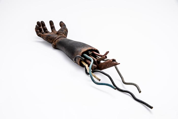 一刻<ロボットの腕> 前原冬樹   木彫  継ぎ目などはない。コードも含めて全て、一木から彫り上げられている。
