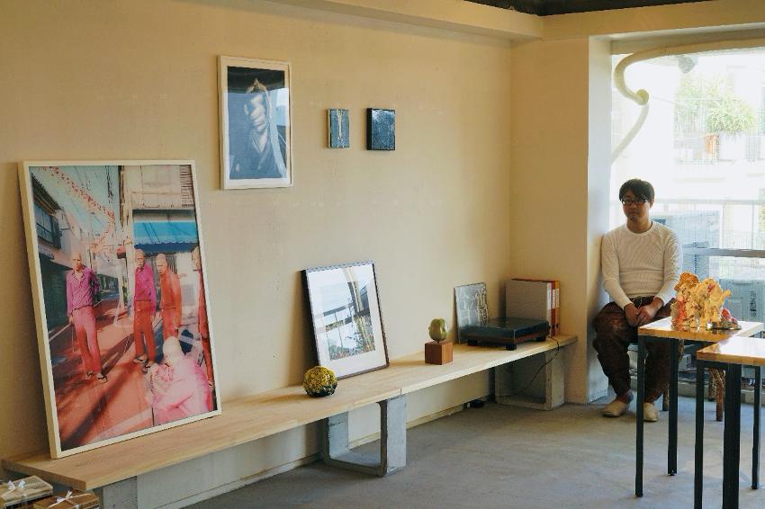 LOVE ART file3:Shunsuke 2018.10.27-11.25 PROJECT501の展示会場にて自身のアートコレクションに囲まれるアートコレクター。