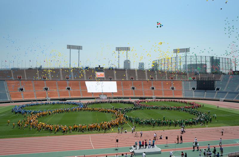 舞い上がる5色のバルーンを見上げながら、競技場との別れを惜しむ参加者