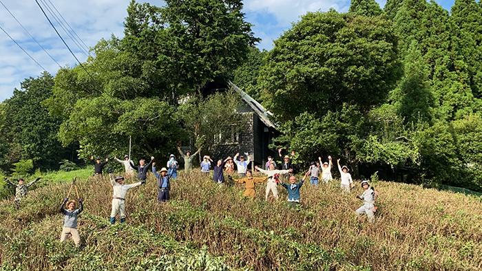 14年前、奈良市東部山間地、田原地区で撮影しカンヌ映画祭でグランプリをいただいた『殯の森』(もがりのもり)は、美しい茶畑がもうひとつの主人公でした。さて…担い手がおらず、あの美しい茶畑の風景が失われていたところに、有志が集まり手入れをしました!チームワークで成し遂げた半端ない達成感!!