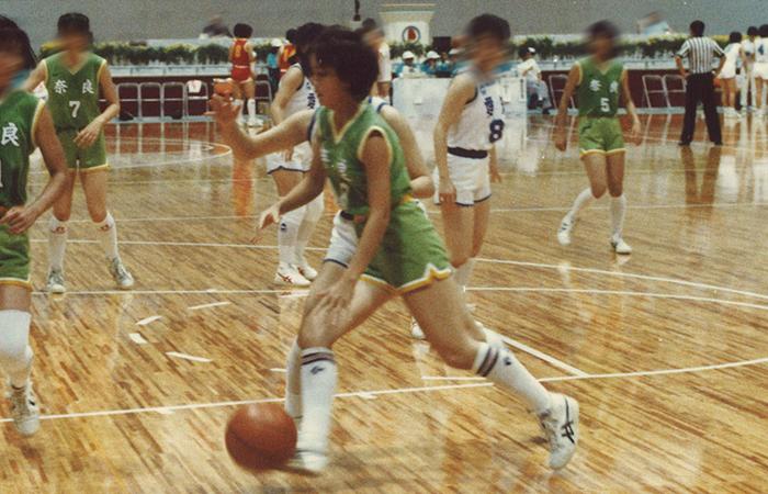 バスケットボールに明け暮れた高校時代(写真中央)