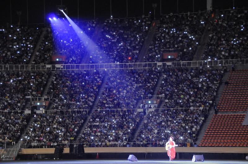 「今日の日はさようなら」を観客と共に熱唱する森山良子さん