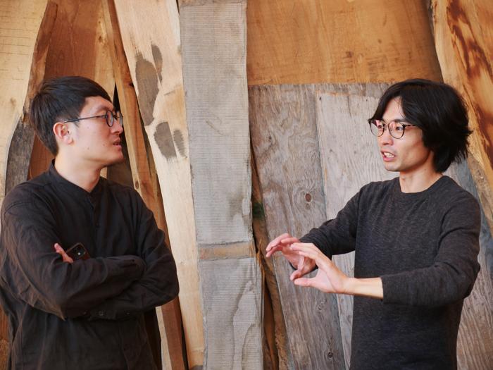 建築家の浜田晶則さん(左)と話すヒダクマの岩岡社長