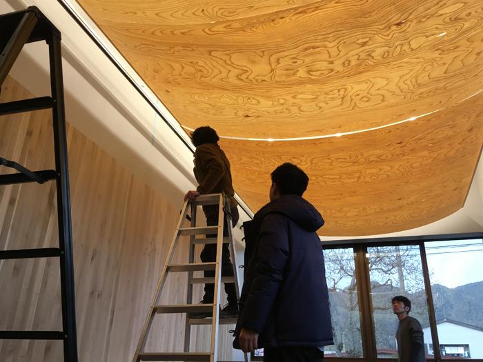 ヒダクマの空間・家具づくりには飛騨の技が生かされている(飛騨市役所応接室のブナのシェード設置風景)