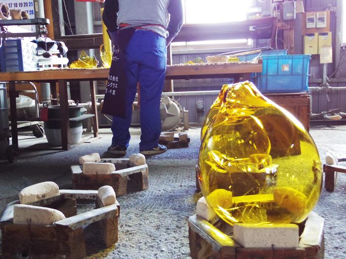 吹きガラスの製法で自社成型したガラス材料