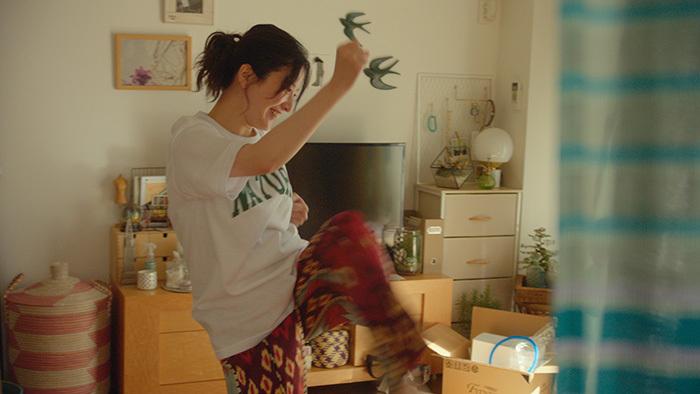 吉高由里子さんが体を張って渾身のパンチを披露!新TVCM「J:COM モバイル『サンドバッグ』編