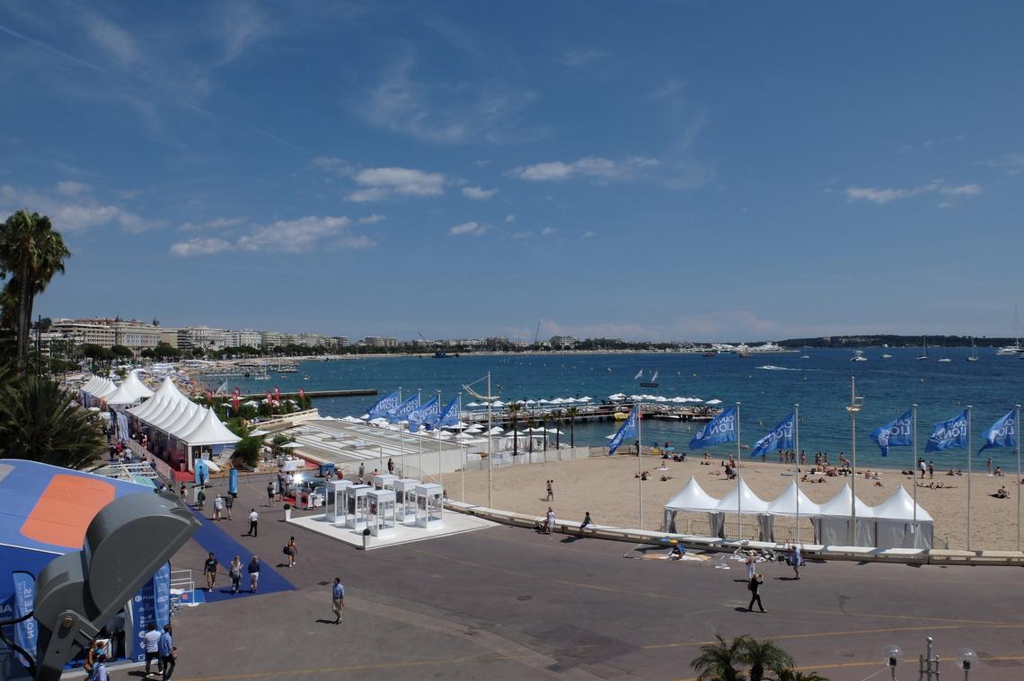 カンヌの明るいビーチは会場の目の前に広がります