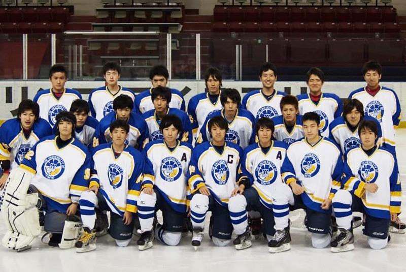 東大アイスホッケー部時代の加藤CEO(前列左から3人目)。プロのミュージシャンを夢見ていた高校時代から一転。緻密な戦略のもと、チームで勝利をつかみとるダイナミズムは、その後の起業にも通じている。