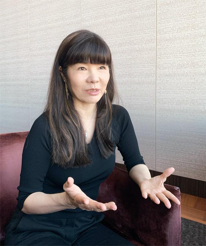 岡本純子氏:元読売新聞記者。記者時代にイギリス・ケンブリッジ大学院へ留学。米MIT客員研究員を経て、電通PRへ入社。アメリカでの研究を通じて、コミュニケーションのメカニズムを学ぶ。現在の肩書きは、「コミュニケーション戦略研究家」「エグゼクティブ・スピーチコーチ」。コンセプトやメッセージづくり、話し方の指導まで、社長やエクゼクティブのコミュニケーションをフルサポート。「アイドルなら秋元康」「社長なら岡本純子」を目指す「社長プロデューサー」でもある。これまでに、1000人を超える日本のトップ企業経営者・幹部に話し方を指導。その内容が、高く評価されている。近著に12万部のベストセラーになっている「世界最高の話し方」がある。http://www.glocomm.co.jp/