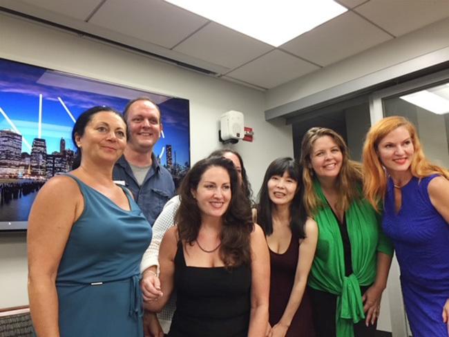ニューヨークで毎週通っていたパブリックスピーキングのサークルの仲間と。女優や会社経営者、学生など経歴もさまざま。多くの人が、日常的に話し方を学び、改善させていこうという強い意欲を持っていることに驚かされました。励まし合い、お互いアドバイスをし合いながら、話し方のスキルを磨いていくのです。