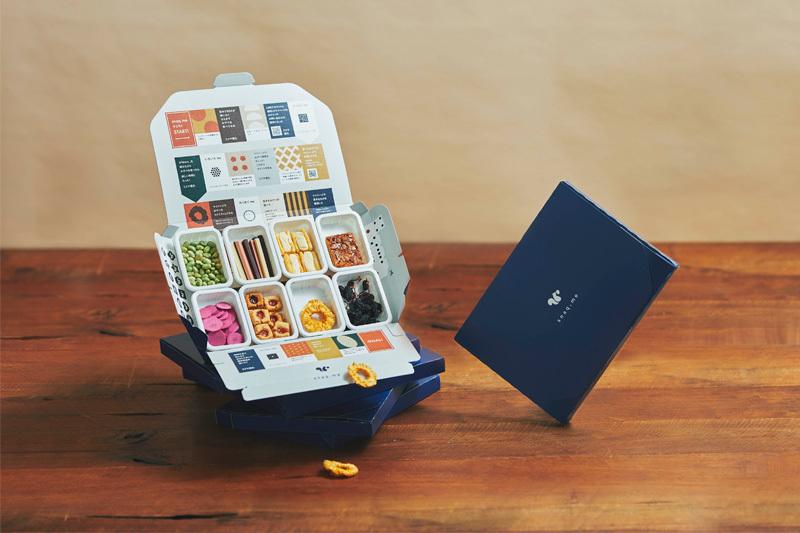 snaq.me(スナックミー ): 2015年9月創業。「新しいおやつ体験を創造することで、おやつの時間の価値を上げる」ことをミッションとして掲げ、お菓子の定期便ビジネスをスタート。お客さま一人ひとりの好みでカスタマイズされるお菓子の組み合わせは、いわば無限大。そんな、ありそうでなかったサービスで、世間の注目を集めている。