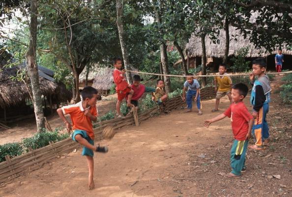 セパタクローで遊ぶタイの田舎の子どもたち Photo by Peter Charlesworth / Getty Images