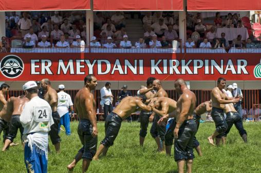 オイルまみれの中で戦う屈強な男たち Photo by Izzet Keribar / Getty Images