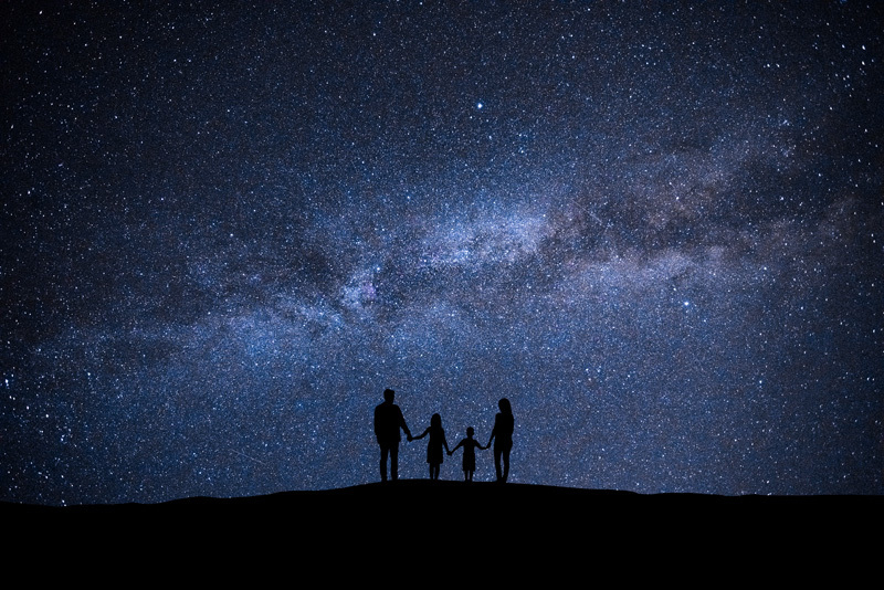 宇宙のイメージ 空を見上げる家族