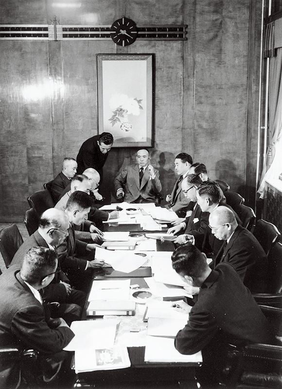 常に最前線で指揮を執り続けた吉田秀雄。早朝に行われた最高幹部執行会議で