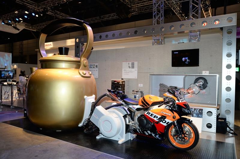 ホンダ:エンジンによる発電時に出る熱を利用して湯を沸かす仕組みを、バイクとやかんで表現