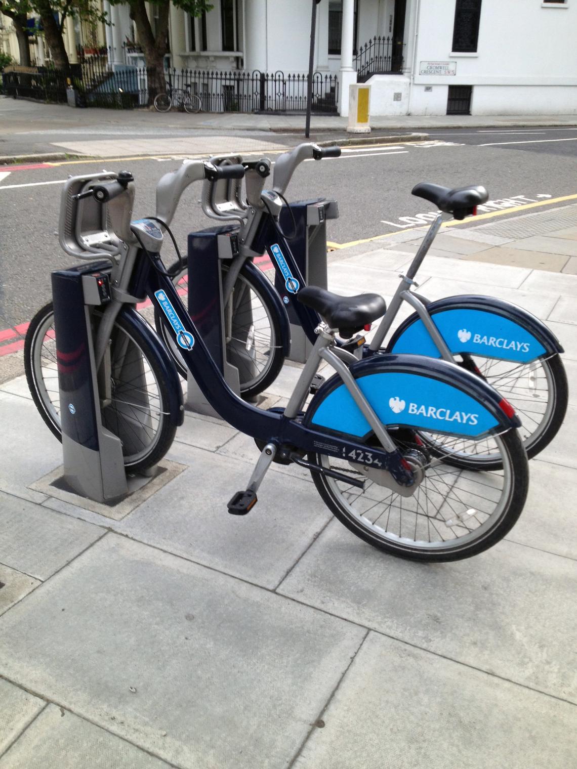 ロンドンの市内にあちこちあるレンタルバイク