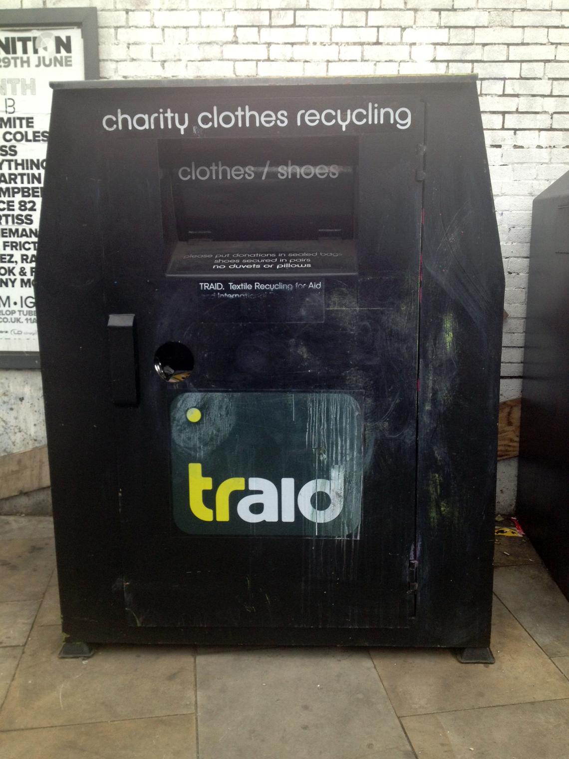 ロンドンの街には、古着回収ボックスがあります