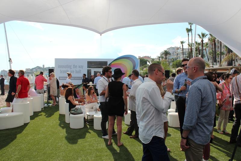 ビーチハウスで行われたパーティーは、多くの招待客でにぎわった