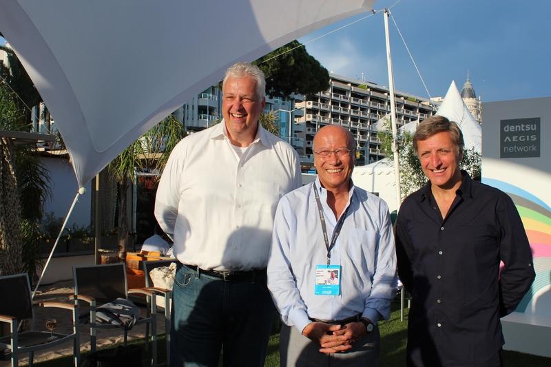 電通イージス・ネットワークのティム・アンドレー取締役会議長兼電通取締役専務執行役員(左) とジェリー・ブルマン取締役CEO兼電通執行役員(右)、石井直電通社長