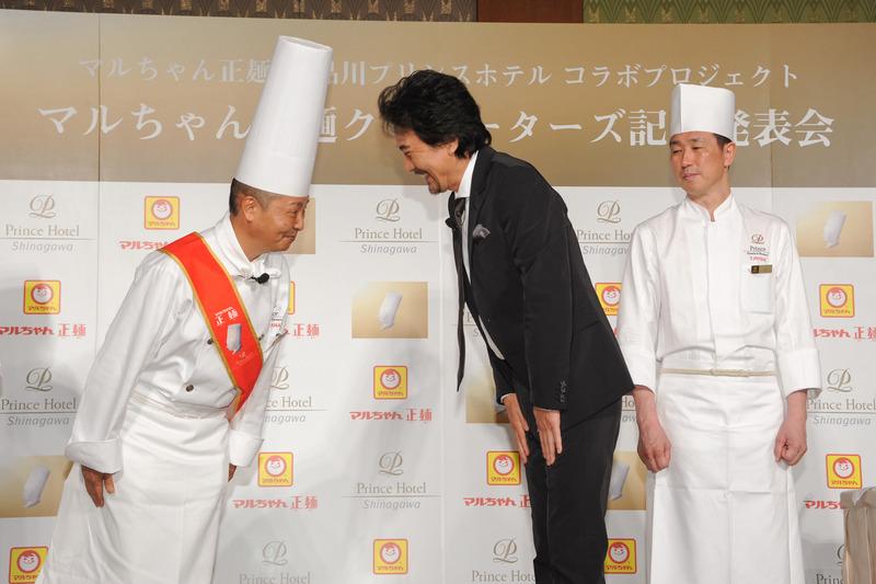 役所さんから渡邉総料理長へ、正麺クリエーターズ任命の証を贈呈