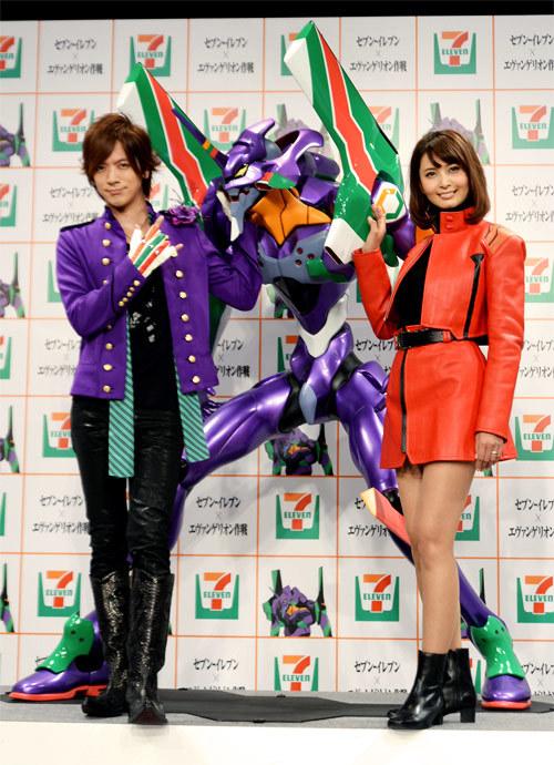 約2メートルの「初号機」フィギュアと並ぶDAIGOさん(左)、加藤夏樹さん