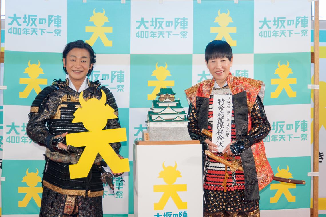 大阪城の模型を囲んで、魅力を語る和田さんと片岡さん