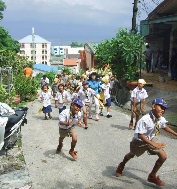"""プーケットでも""""カケアガレ!""""。約70人の児童が校舎の裏山に駆け上がった"""