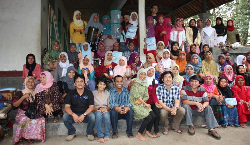 インドネシアのパートナーたちと(2011年7月、ロンボクで)