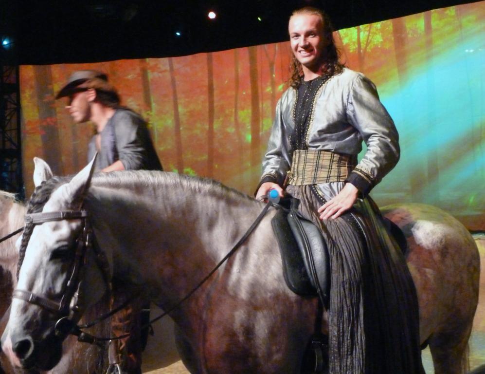 「カバリア」は馬と人間が一体となった幻想的なアクロバティックショー(NNA撮影)
