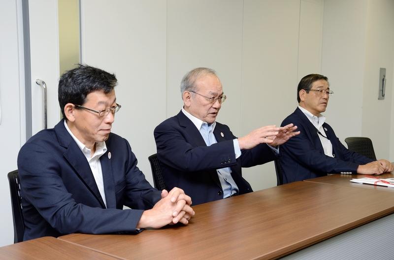 左から中森事務局長、鳥原会長、山田常務理事