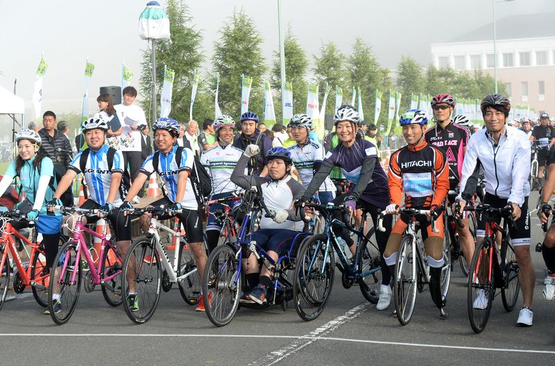 新設のパラサイクリングプロジェクト。東北応援大使の佐藤真海さんは女川まで走行し、その後、車から参加者を応援した