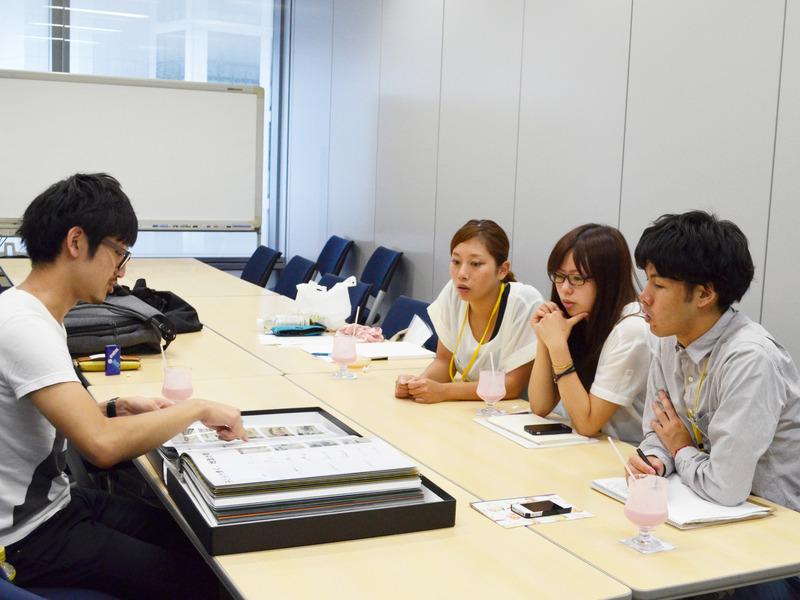 電通の若手アートディレクターが班ごとについて、手掛けた作品を紹介したり、アドバイスを行いました。和気あいあいと1日の反省会。