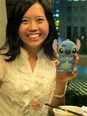 日本的かわいいiPhoneケースを 見せてくれるオリビアさん