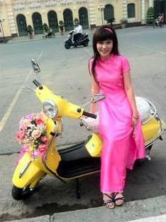 ジャンさんとバイク バイクには花のデコレーションも