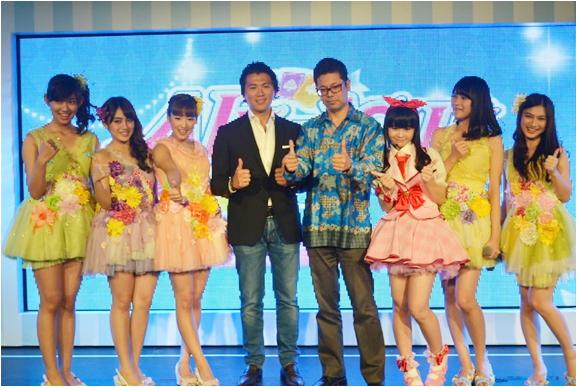 「アイカツ!」アーケードゲーム発表会で原田真史デピュティゼネラルマネジャー(右から4人目)とJKT (NNA撮影)